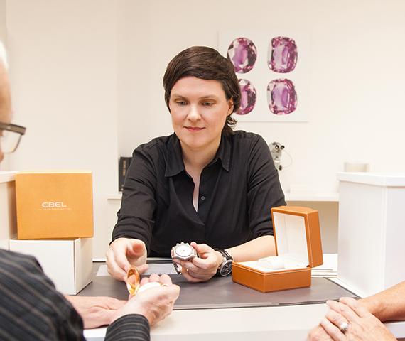Eine Mitarbeiterin von Eppli begutachtet und kauft Schmuckstücke.