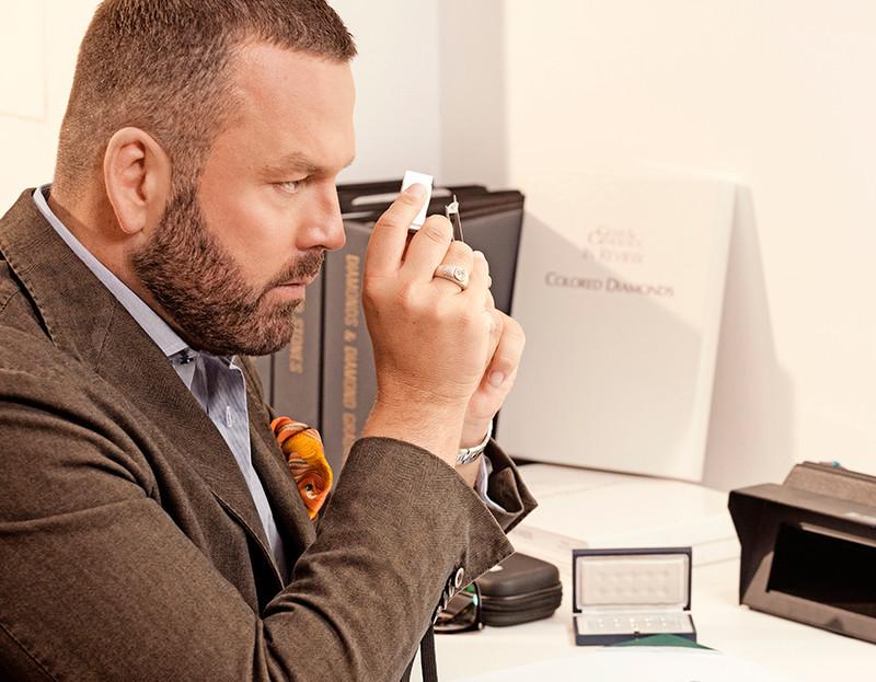 Eppli Experte Hubertus Drabarczyk prüft einen Edelstein.