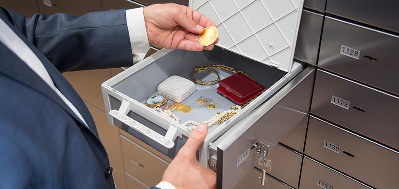 Foto eines offenen Schließfachs — dieses enthält wertvolle Schmuckstücke.