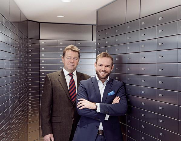 Franz und Ferdinand Eppli stehen in einem gesichertem Raum, von Schließfächern umgeben.